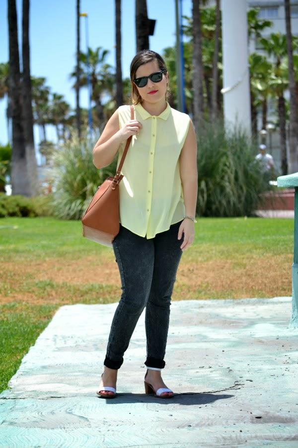 look_camisa_amarilla_botones_pedreria_sandalias_blancas_zara_nudelolablog_04
