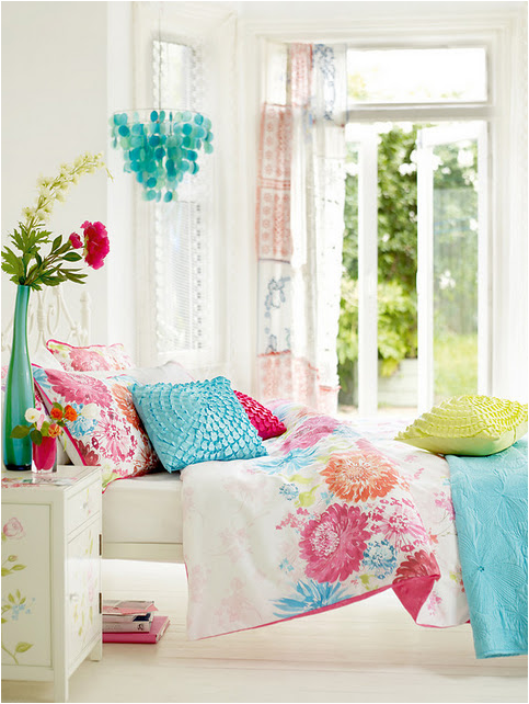 of this room theturquoise and the white backdrop of the room