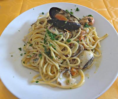Spaghetti ai frutti di mare, spaghetti with seafood.