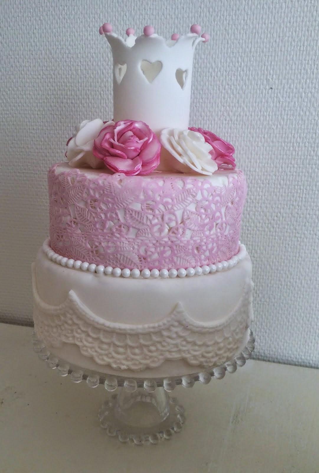Våningstårta med krona, sockerspets och rosor
