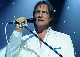 Roberto Carlos canta tema de Romero e Atena