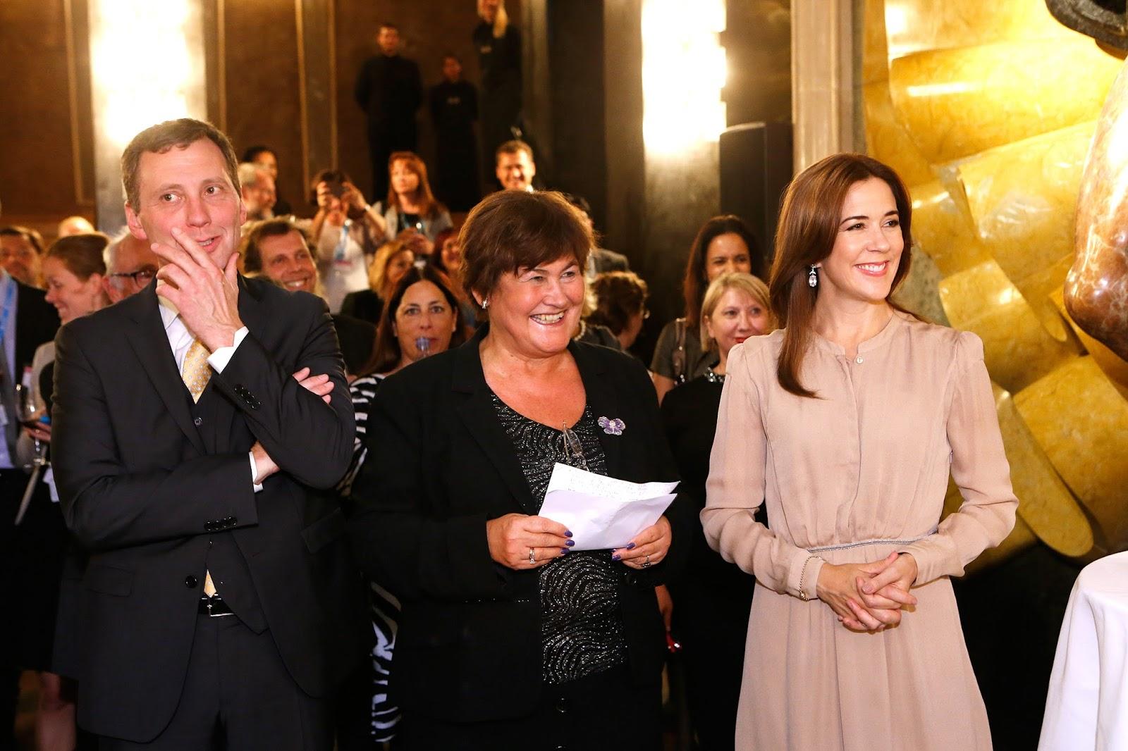 Le soir même la princesse héritiere assistait à une réception en marge de cette réunion en compagnie notamment du ministre danois de la santé, de la première