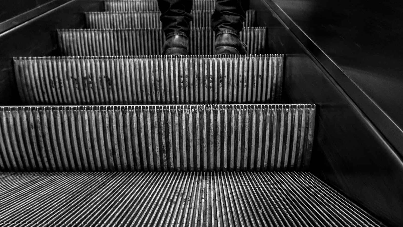 Rolltreppe - Bild zum Gedicht Titel: 40 von Benjamin Damm
