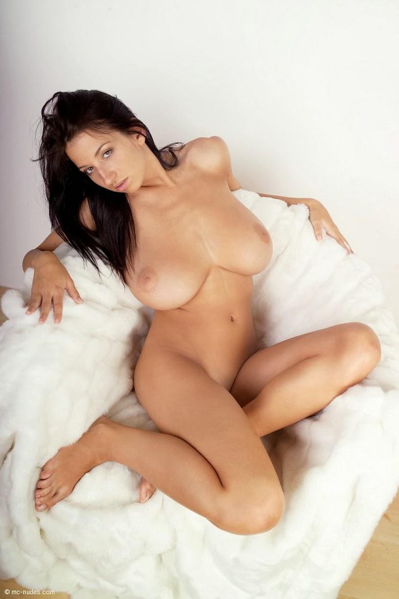 Порно брюнетка грудь себя совсем