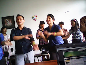 Mereka Bernyanyi sambil Gerak