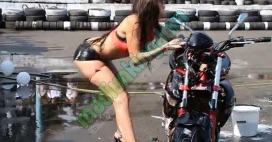 Video Hot: Cewek Seksi Penari Erotis Tertimpa Motor Saat Menari