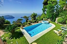 Jardín moderno con piscina