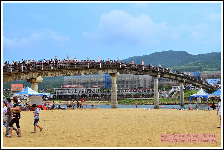 連接沙灘與陸地的橋 (亮點是上面擠到不行的人群)