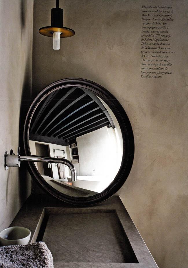 interior rustico minimalista en bélgica detalle baño espejo circular diseno