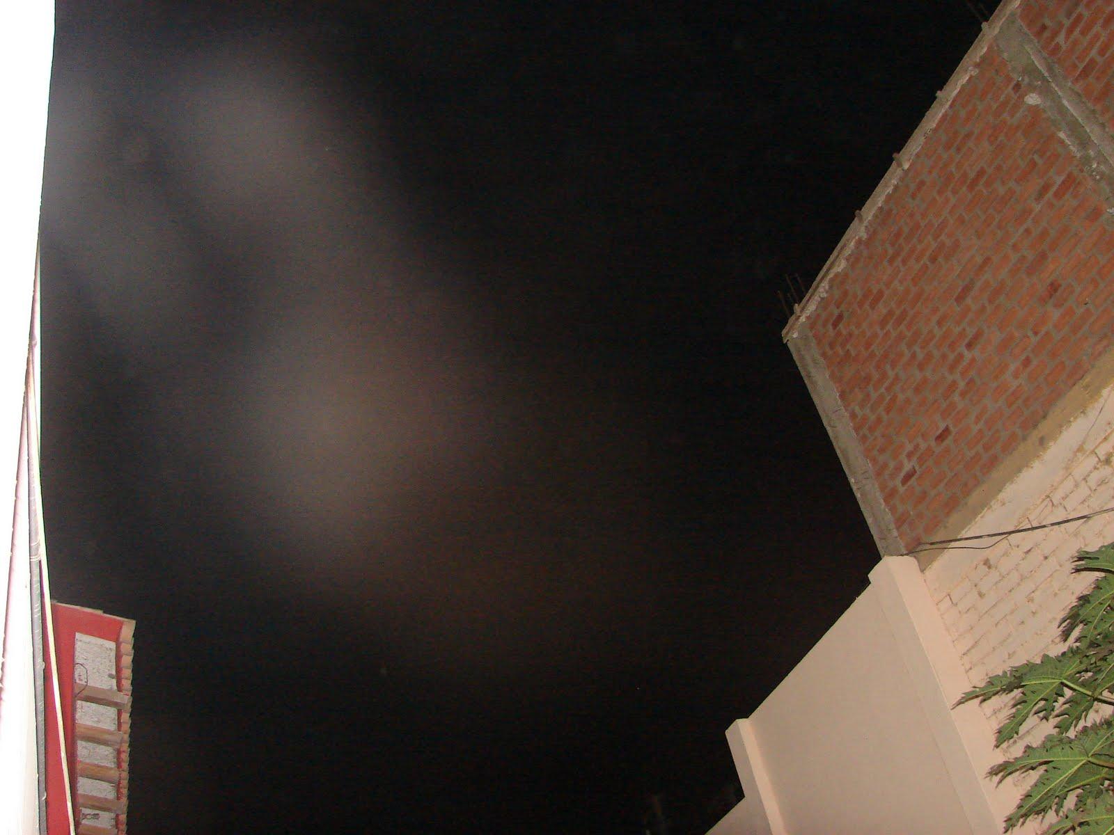 ATENCION-27-junio-28-29-30...2011 Ovni triangular negro y EY sobre el cabeza grande cuerpo delgado