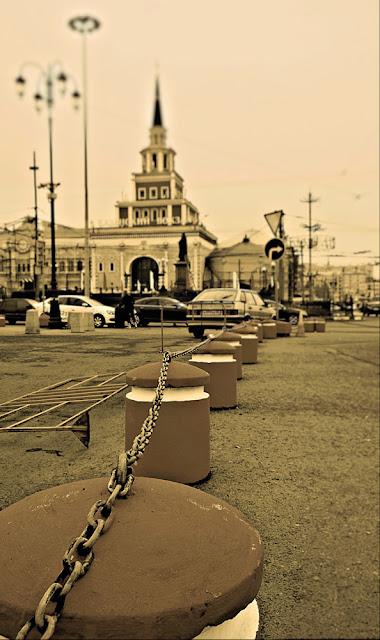 Казанский вокзал. Около-железнодорожное. Фотография железная дорога черно-белая сепия фонарь столбы парковка