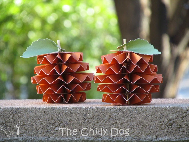 http://www.thechillydog.com/2014/10/tutorial-accordion-fold-paper-pumpkin.html