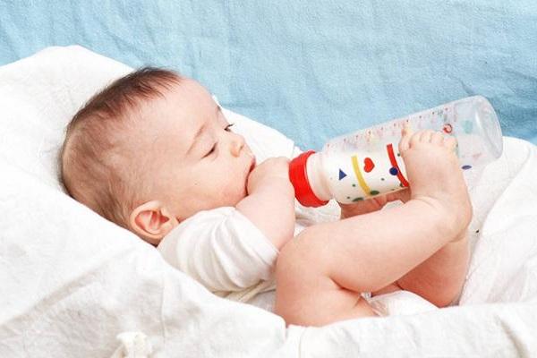 Image bébé avec biberon