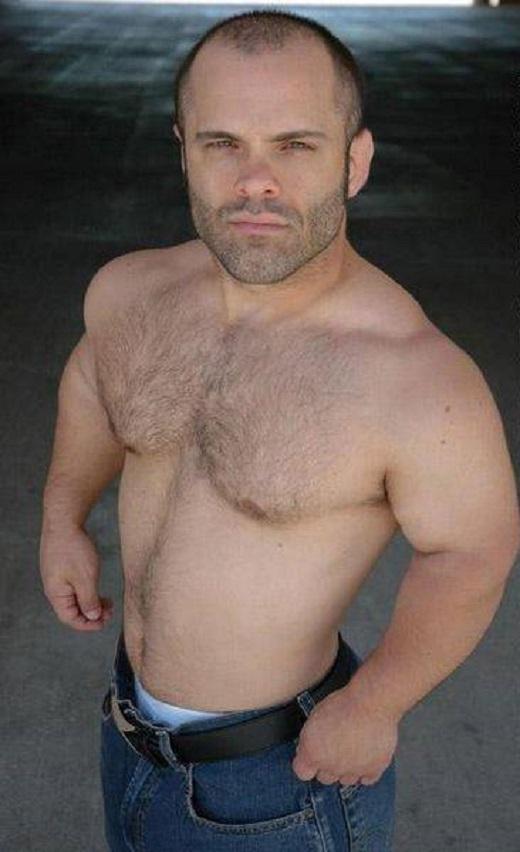 Foto do anão Sebastian sem camiseta mostrando a cueca
