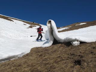 Langsam abgleitender Schnee hat diese Falte geformt