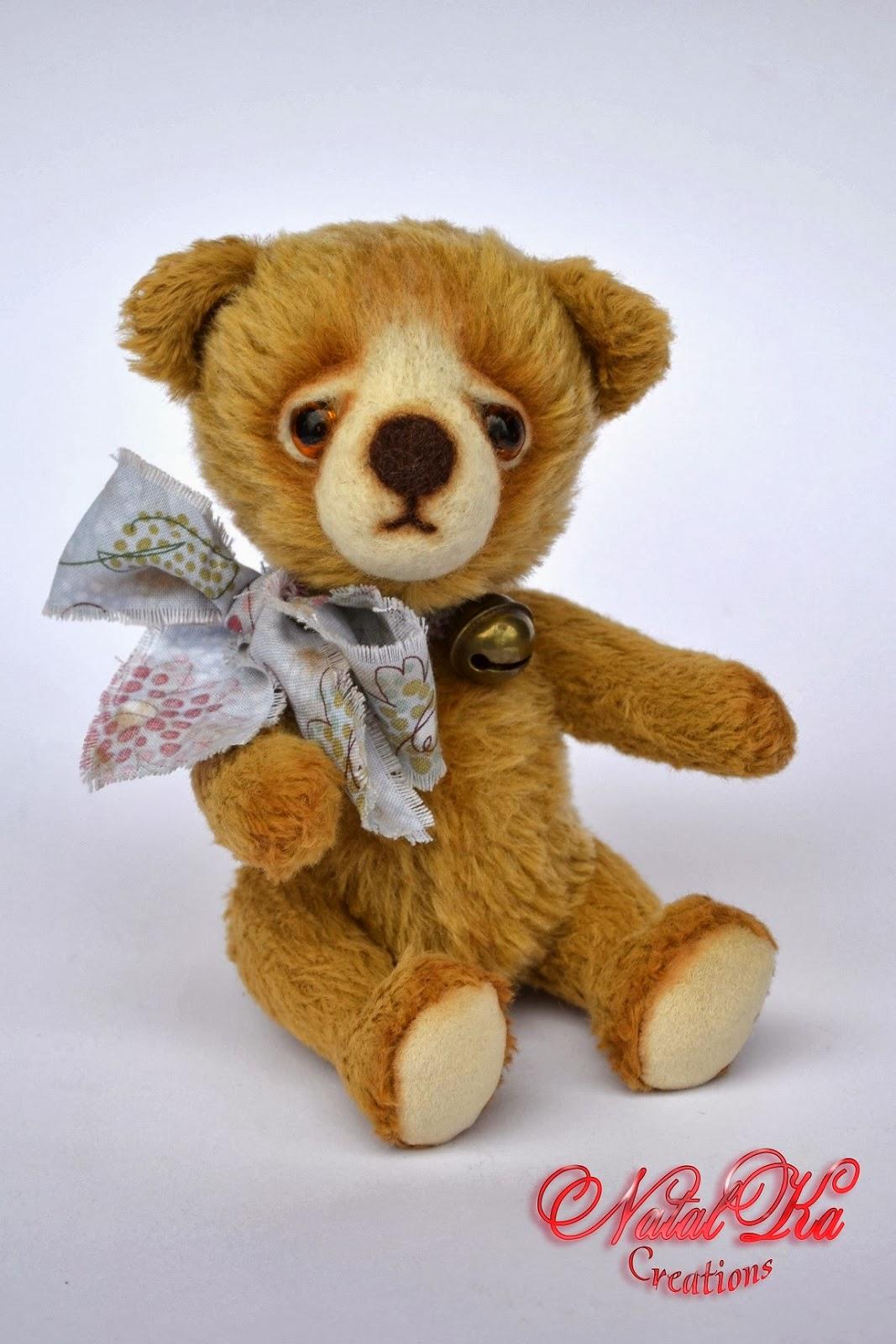 Artist teddy bear handmade by NatalKa Creations. Künstlerbär handgemacht von NatalKa Creations.