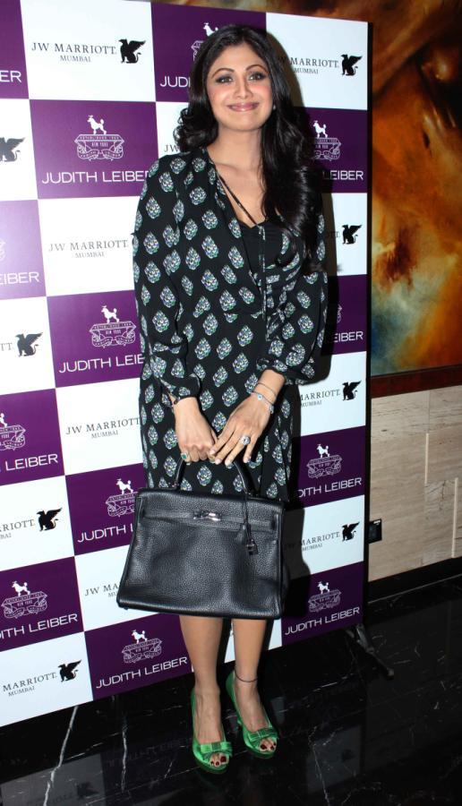 Shilpa Shetty launches Handbags! Shilpa-Shetty-At-The-Judith-Leiber-Launch-Of-Handbags-10