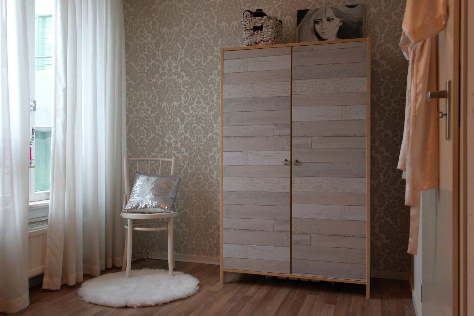 Laura tipt zelfmaakidee sloophouten garderobekast for Gipsplaten behangen met vliesbehang