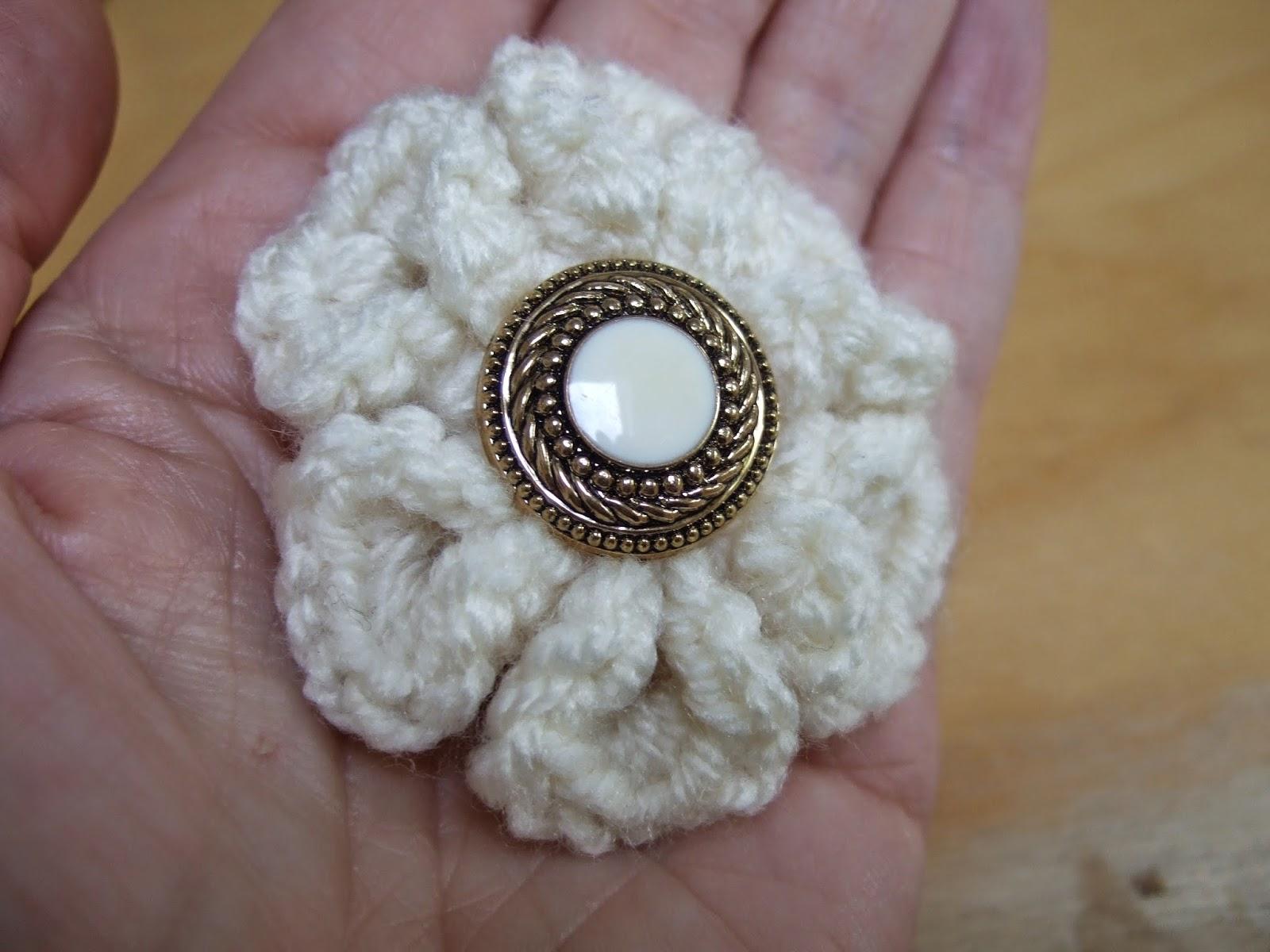 Made By Joanne: Quick crochet gift :crochet flower brooch tutorial