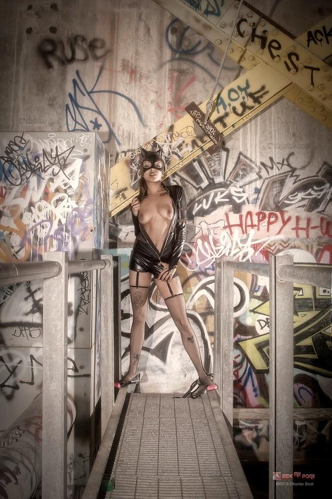 photo de cosplay féminin sexy de catwoman dans une usine désaffectée