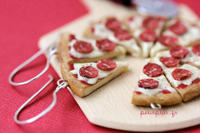 Comida em miniatura: brincos de pizza