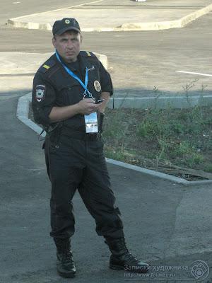 Универсиада 2013, полицейский контролирует посадку в автобусы