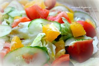 Весенний салат с креветками и апельсином