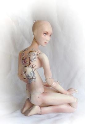 bjd de porcelana muñeca con cadera de bailarina tatuada