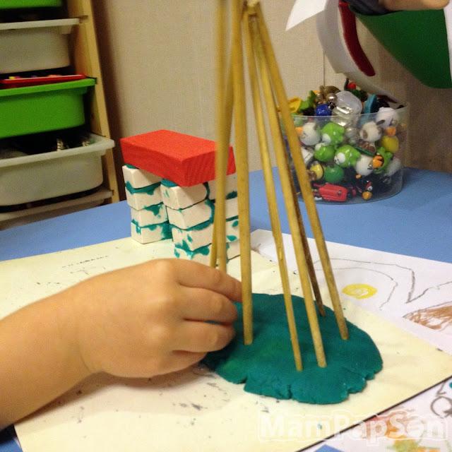 строим домик из соломы и пластилина