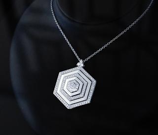 存在感のあるアールデコタイプのオリジナルダイヤモンドペンダント。