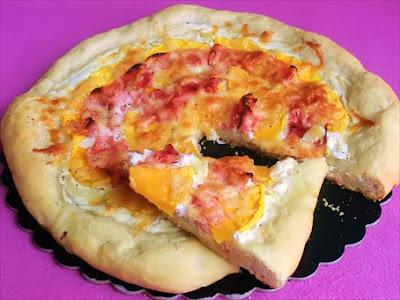 pizza con zucca, prosciutto cotto e panna acida fatta in casa