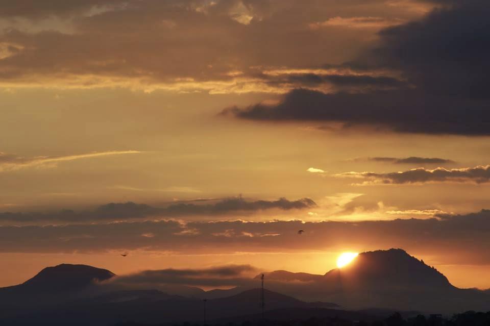 Amanhecer sobre Serras em Bh - Foto Jaime Oliveira