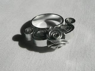 gioielli in filo di alluminio, anello, pezzo unico, fatto a mano da Mirna Radovanovic
