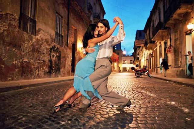 пара танцует на улице