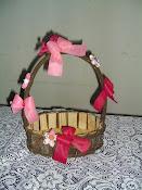 cesta decorada com flores de fuxico