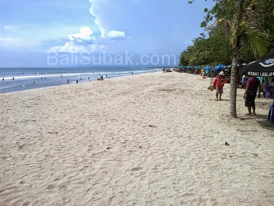 Many merchants, attraction of Kuta Beach feels like a market