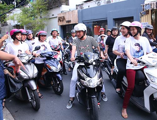 Để đến được nhiều địa điểm của thành phố, đội của Đàm Vĩnh Hưng chọn phương tiện di chuyển bằng xe máy.