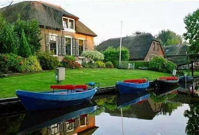 شاهد صور لقرية جميلة توجد بهولندا لا يوجد بها غير شوارع من المياه