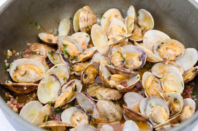 almejas-con-jamon-receta-marisco-bruja