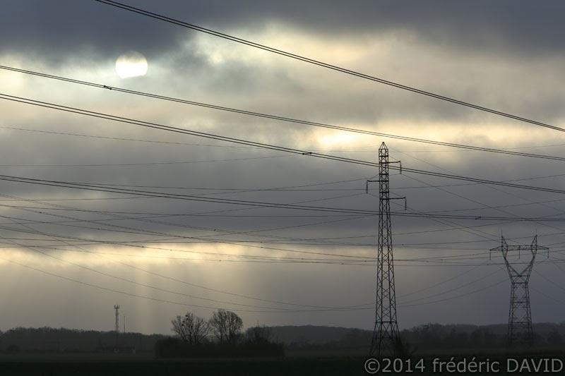 ligne haute tension électrique silhouette ciel nuages