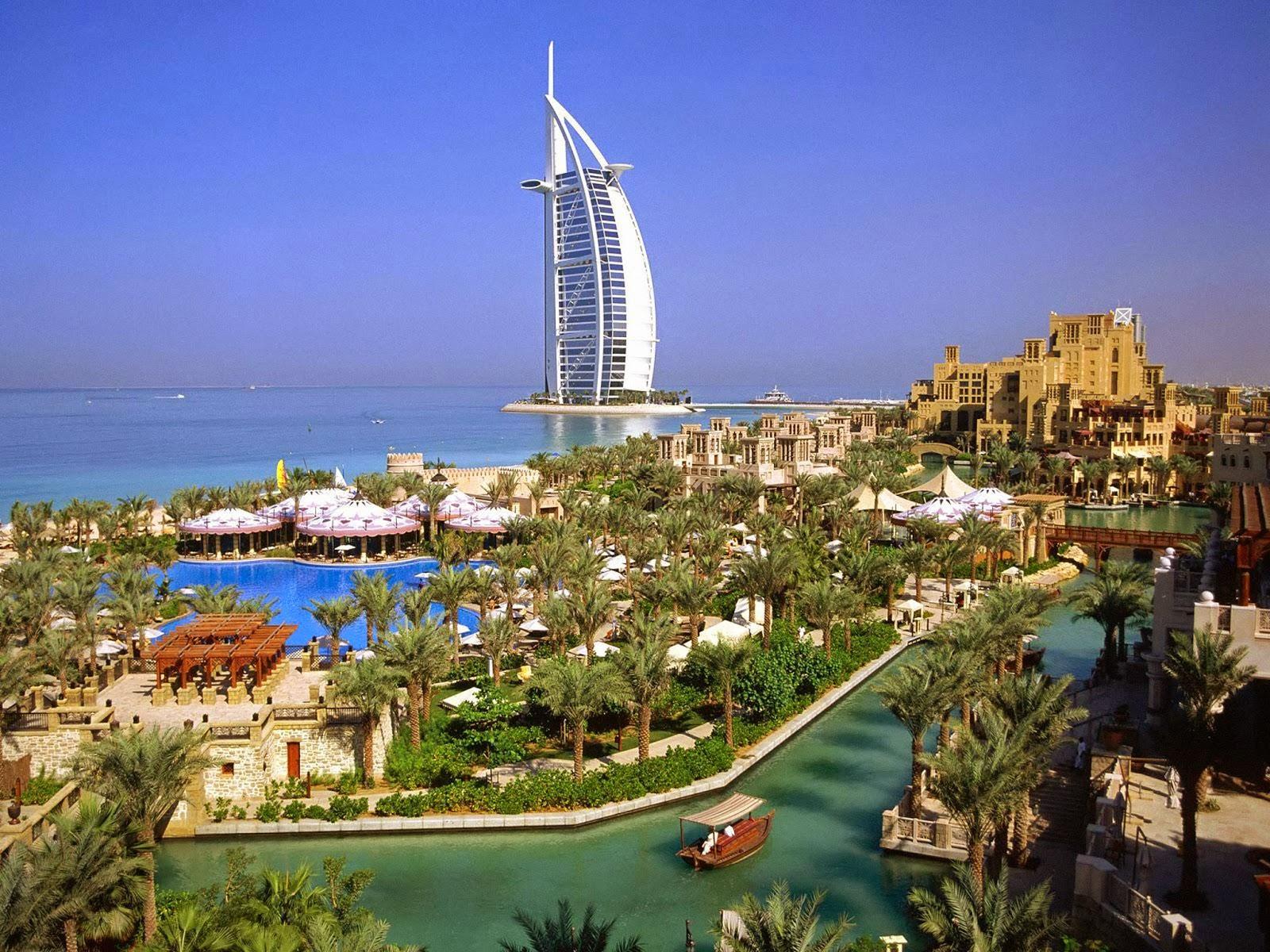 Туристов во время отдыха в Дубае поражает изумрудная зелень, множество фонтанов и цветочных клумб.