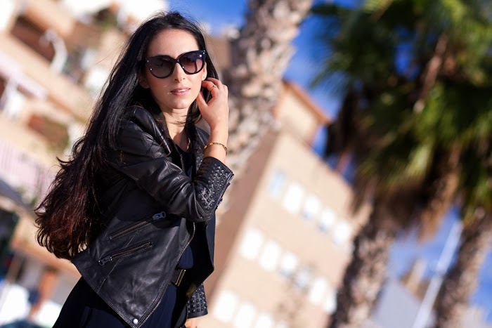 Bloguera en Valencia con vestido lencero y chaqueta de cuero