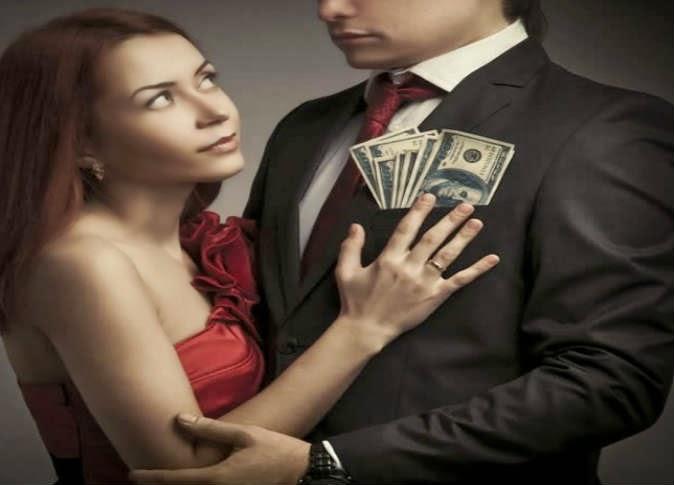 رغم اقتحامهن سوق العمل.. معظم النساء تفضل الرجل ذو الراتب الاكبر منها  - امرأة طماعة جشعة تحب المال