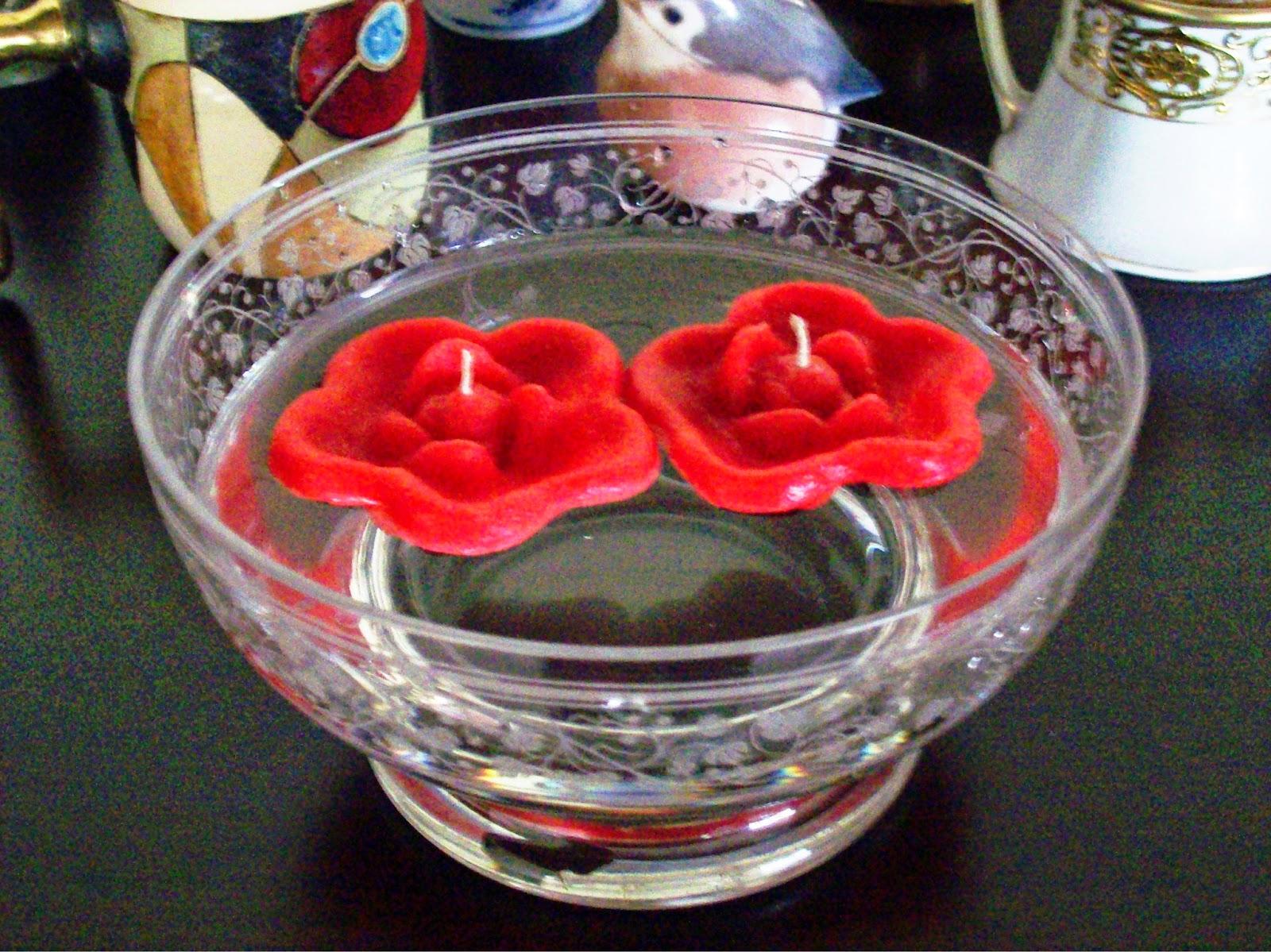 para decorar con velas flotantes podemos hacerlas flotar simplemente sobre un cuenco lleno de agua