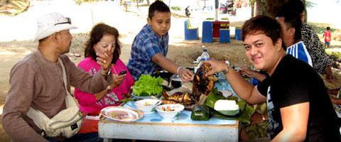 Kepala Desa Cintakarya makan bersama keluarganya di Wadukdarma