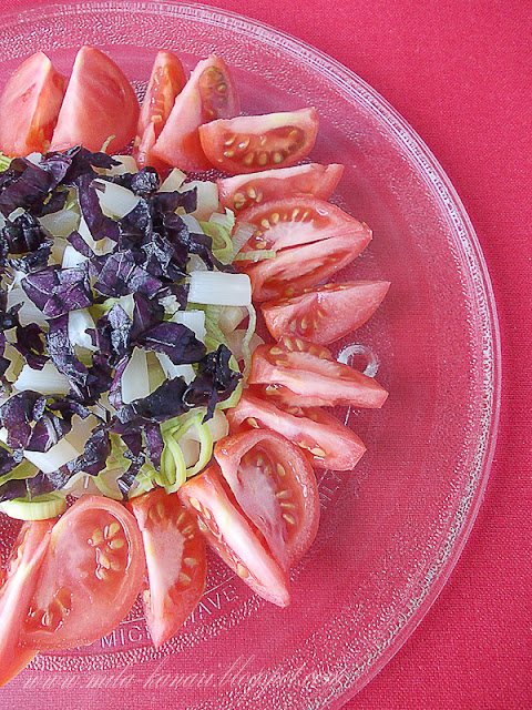 Салат с помидорами, сельдереем, луком-пореем, консервированной спаржей и базиликом