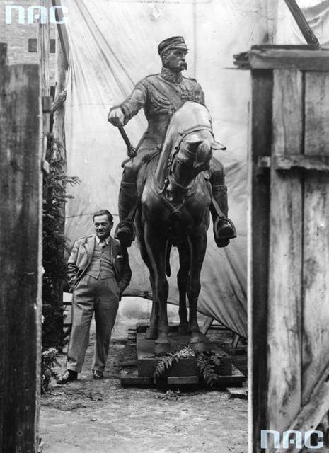 Apolinary Głowiński obok wykonanego przez siebie pomnika Józefa Piłsudskiego, który ma stanąć w Tarnopolu w 1935. Fot. NAC 1-K-2952.