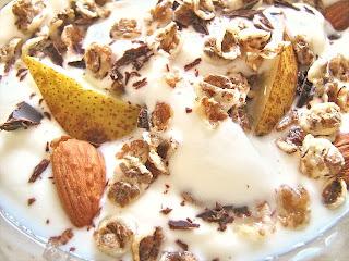 Mic dejun cu iaurt, pere, cereale, migdale si ciocolată neagră