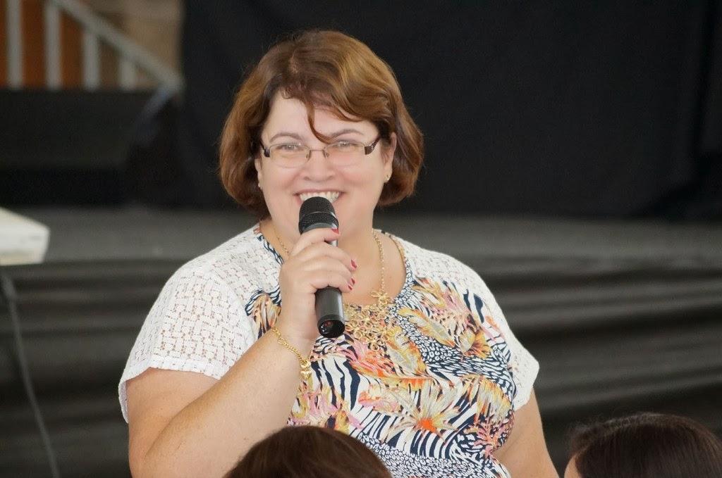 Carmem Lúcia Guarilha, diretora do Departamento de Administração, passa informes administrativos durante a jornada