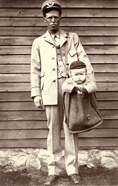 Niño metido en la saca del mensajero